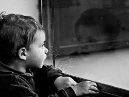 bambino allo specchio