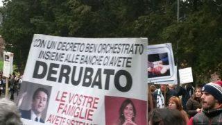 Banche: protesta vittime 'salvabanche' davanti casa Boschi
